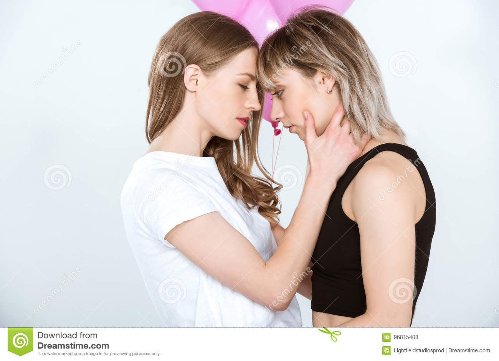 Schöne Junge Lesbische Paare, Die Rosa Ballone Halten Und Einander ...