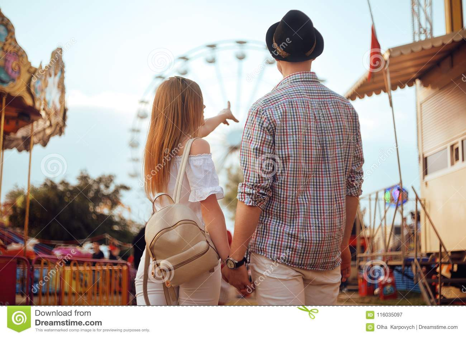 Schöne, junge Paare, die Spaß an einem Vergnügungspark haben Paar-Datierungs-Entspannungs-Liebes-Freizeitpark-Konzept Paare, die