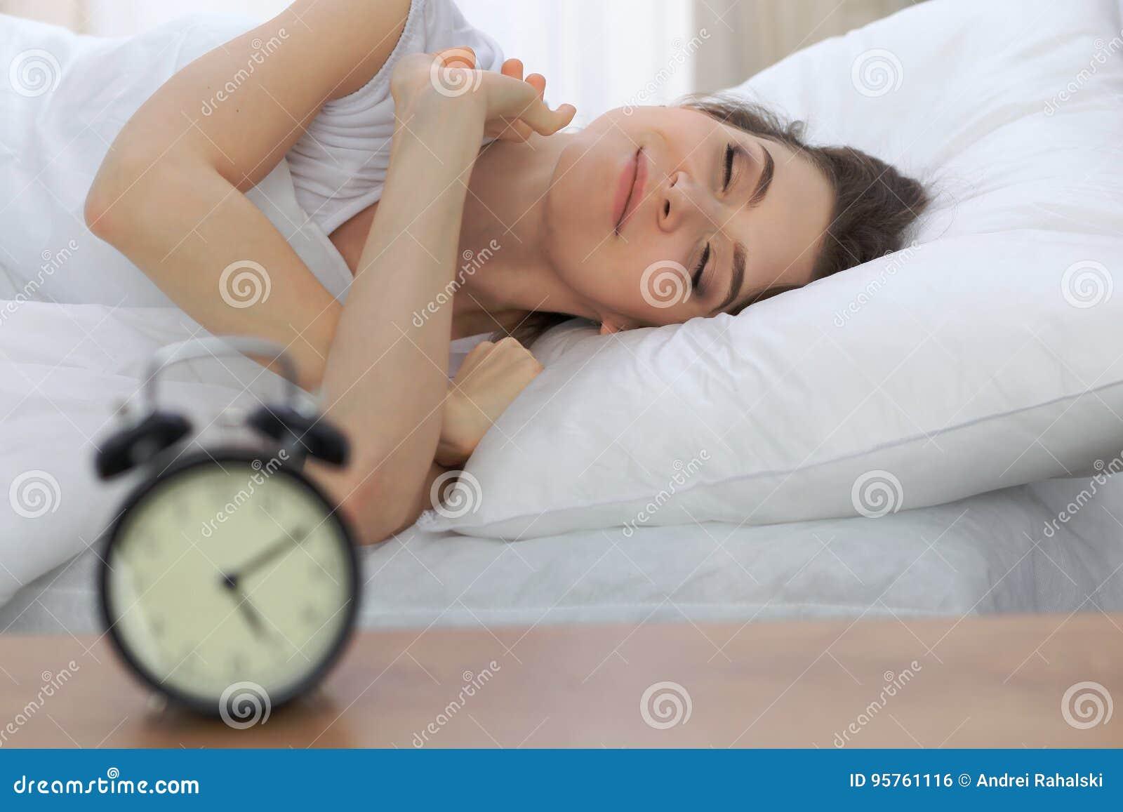 Schöne junge schlafende Frau beim Lügen in ihrem Bett und bequem sich entspannen Aufzuwachen ist einfach, für Arbeit oder