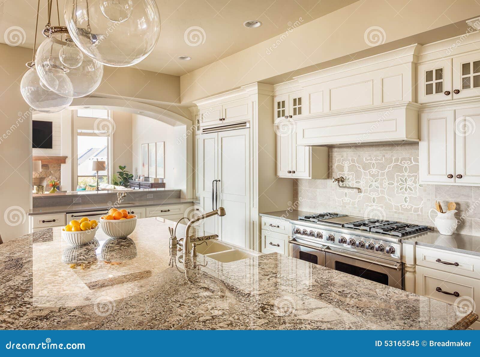 Schöne Küche im Luxushaus stockbild. Bild von schränke - 53165545