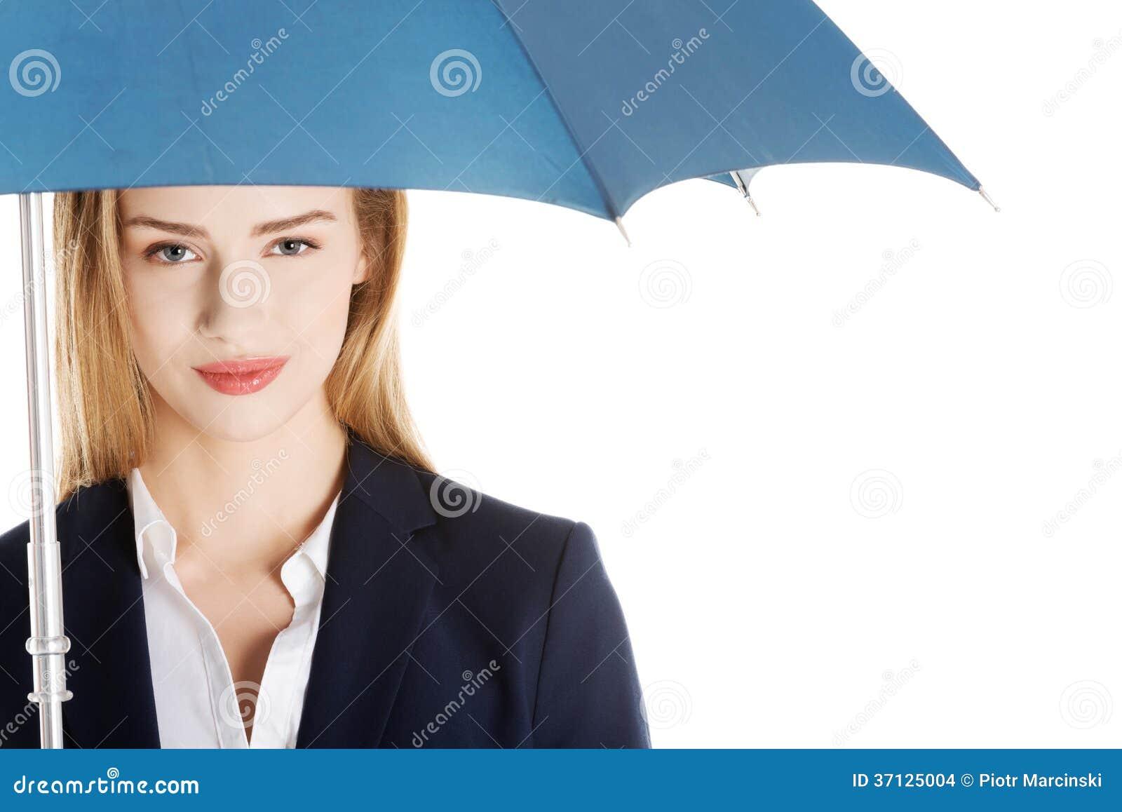 Schöne kaukasische Geschäftsfrau, die unter Regenschirm steht.