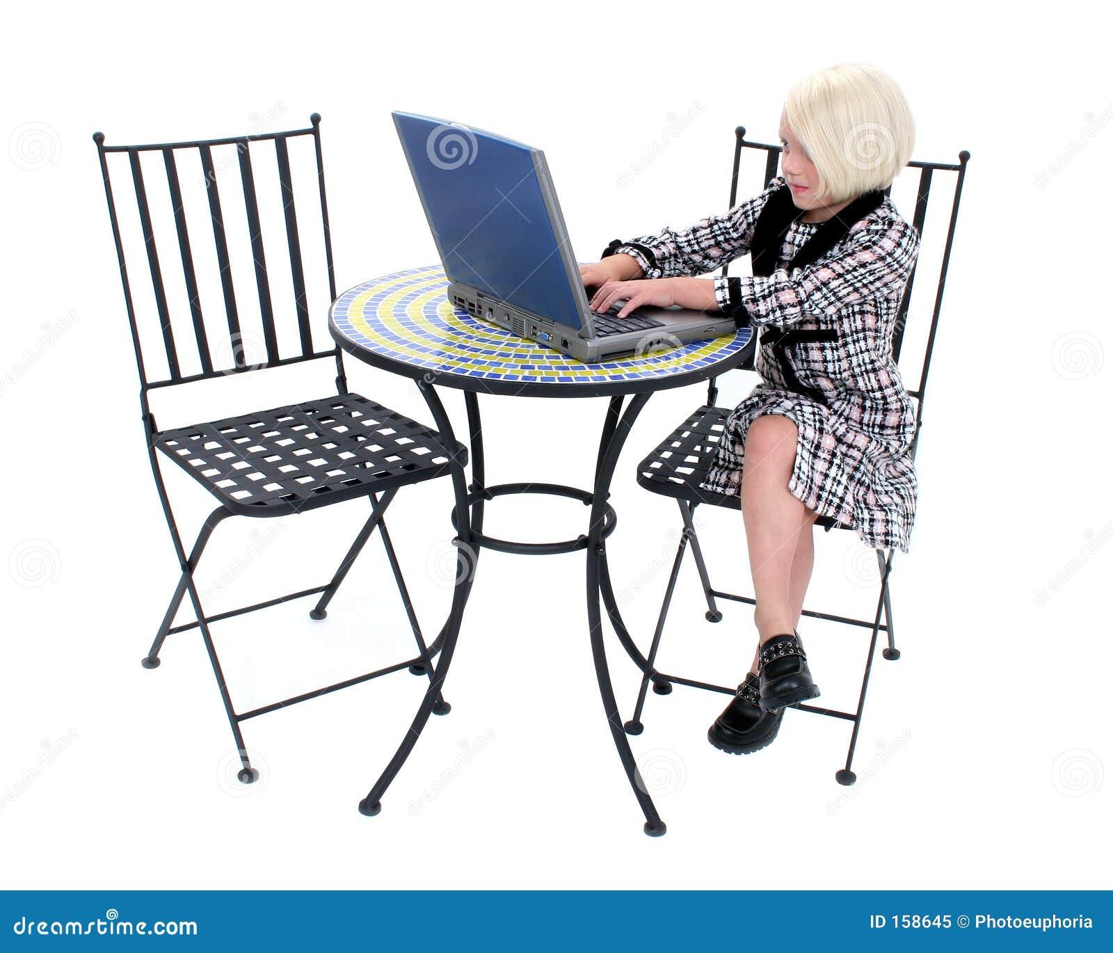 Schöne kleine Geschäftsfrau in der rosafarbenen und schwarzen Klage