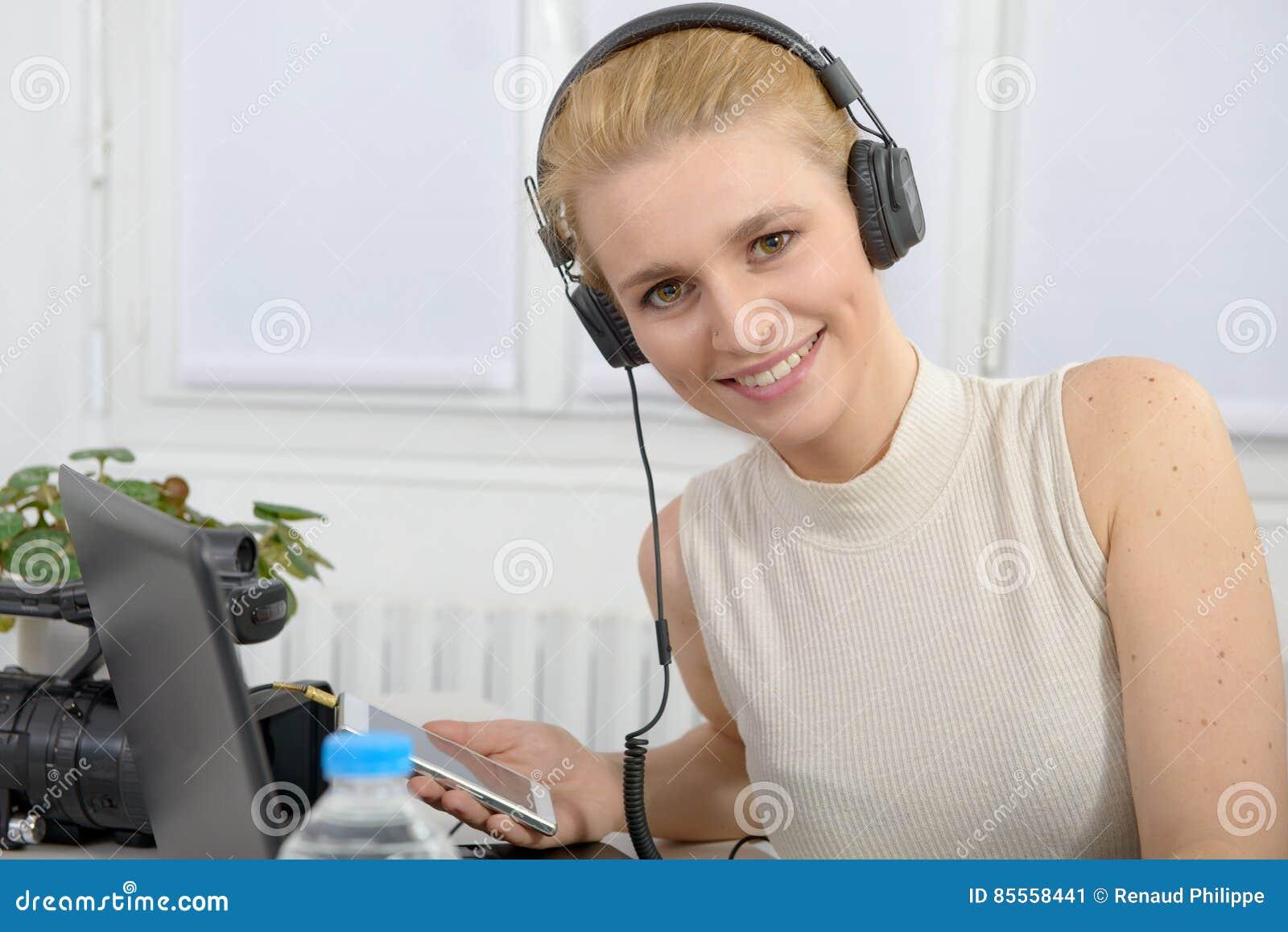 Schöne lächelnde glückliche Frau mit Kopfhörern
