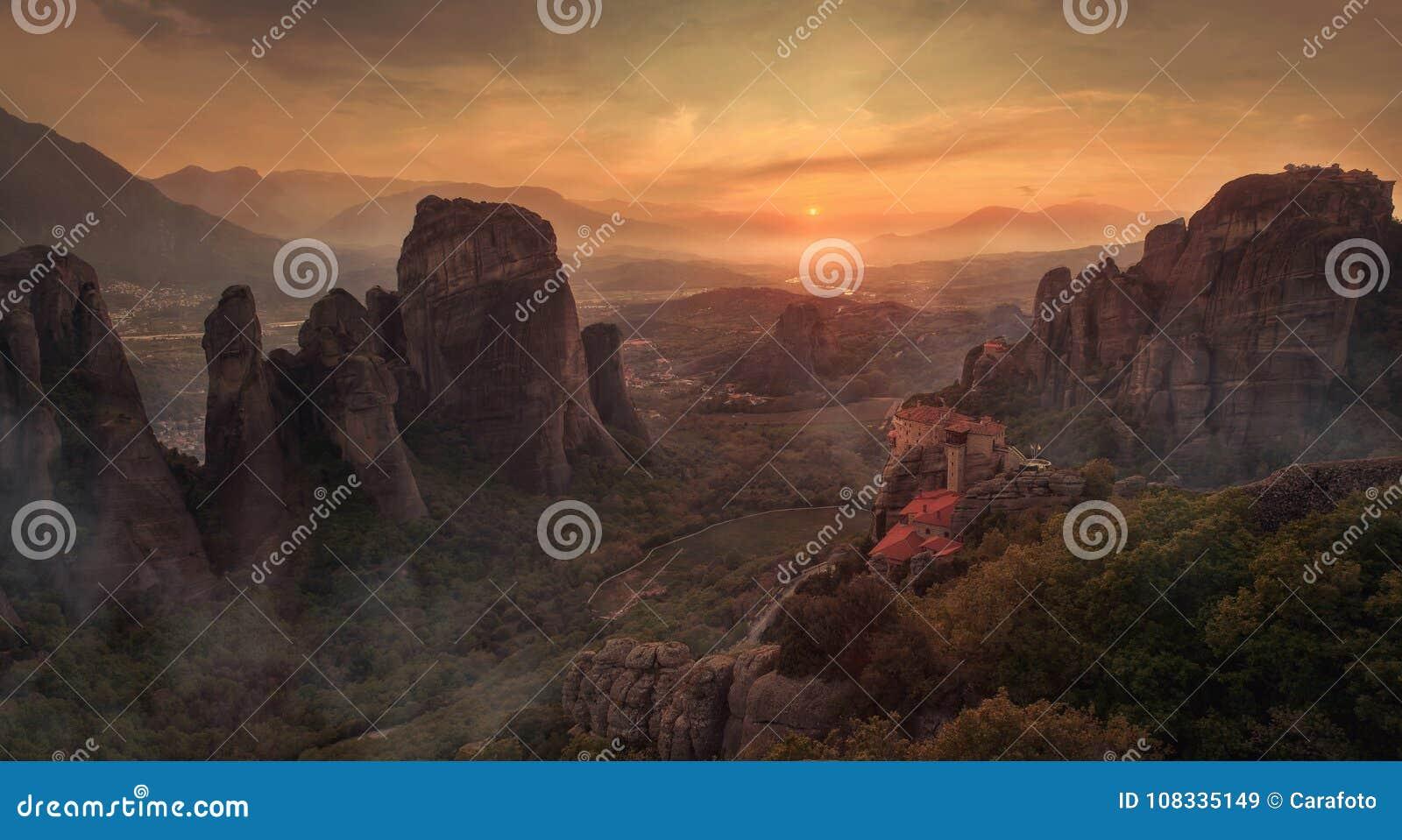 Schöne Landschaft mit einzigartigen Felsen und Kloster auf ihm