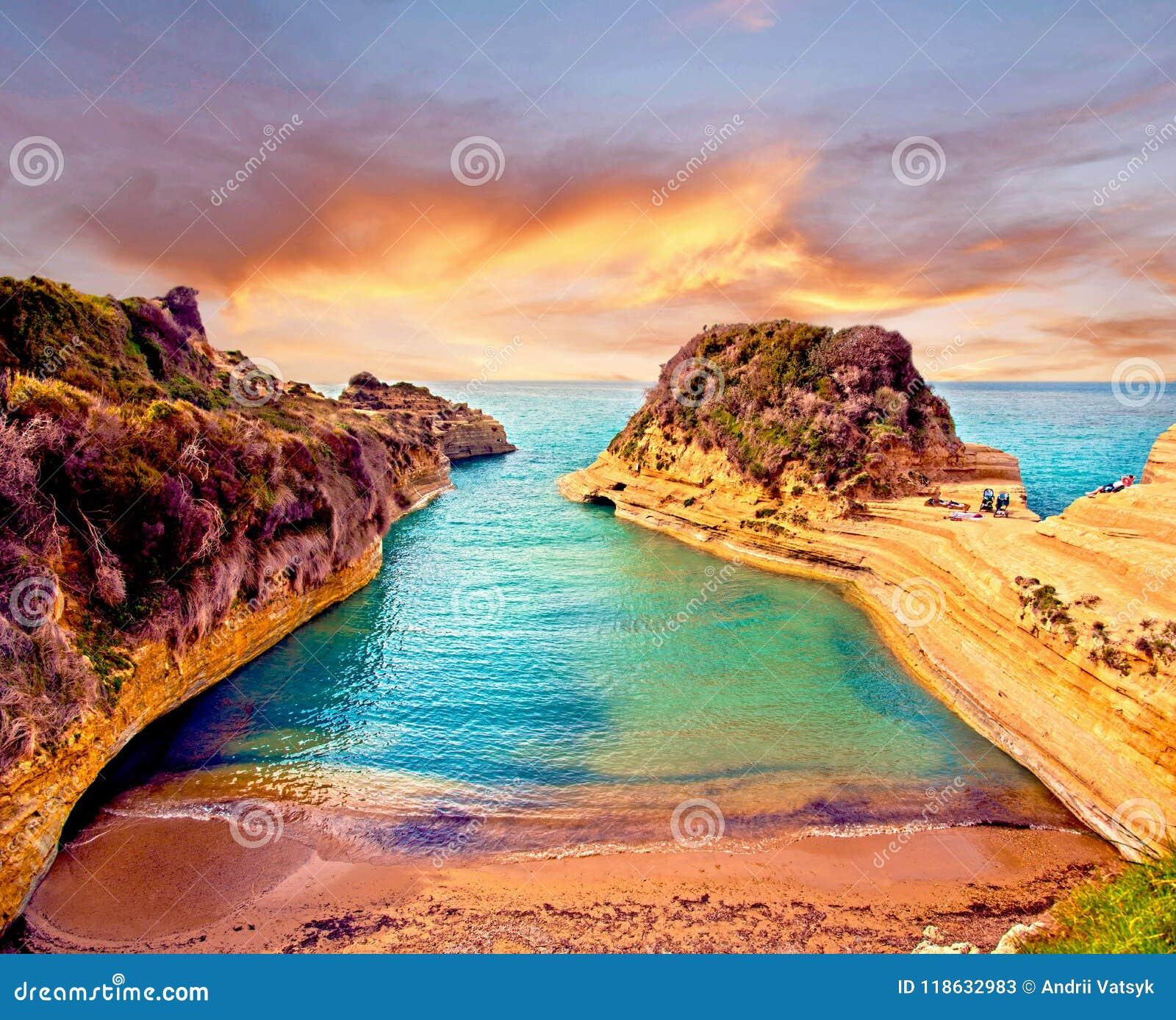 Schöne Landschaft mit Klippen populärem Kanal von Liebes-Kanal d ` Liebe auf der Insel von Korfu, Griechenland bei Sonnenaufgang