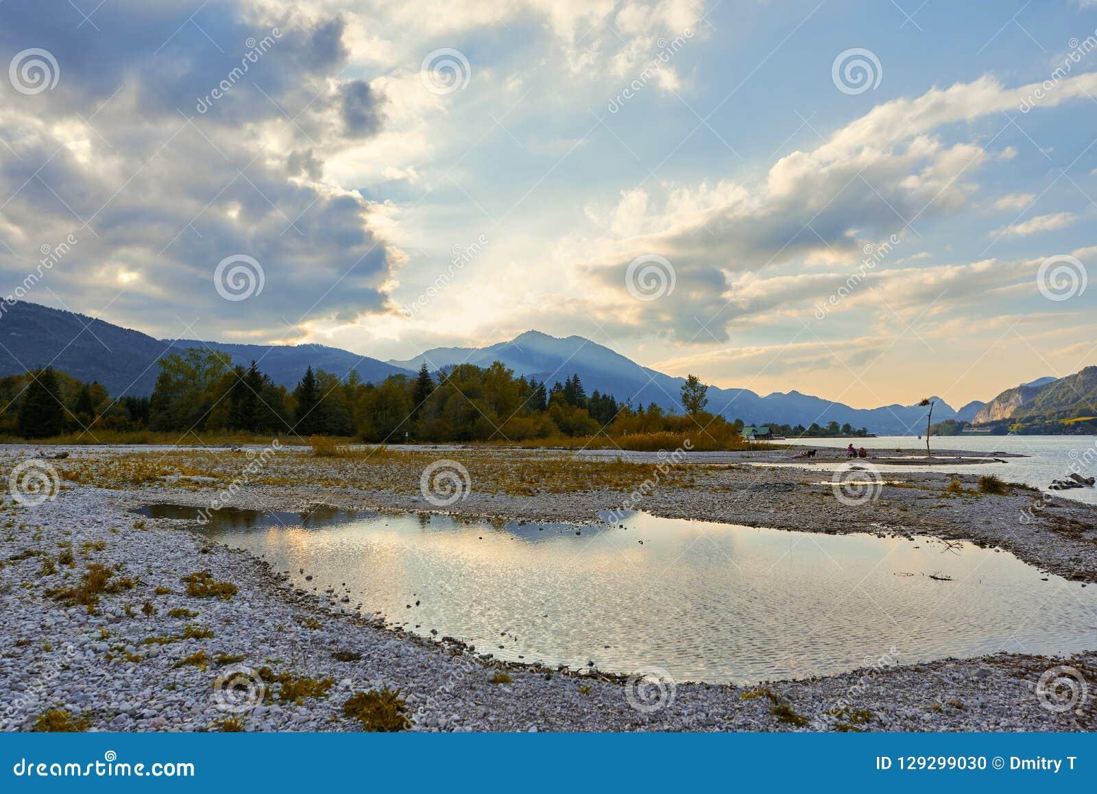 Schöne Landschaft mit See, Bergen, Wald, Wolken und Reflexion im Wasser Österreich, Salzkammergut, Wolfgangsee