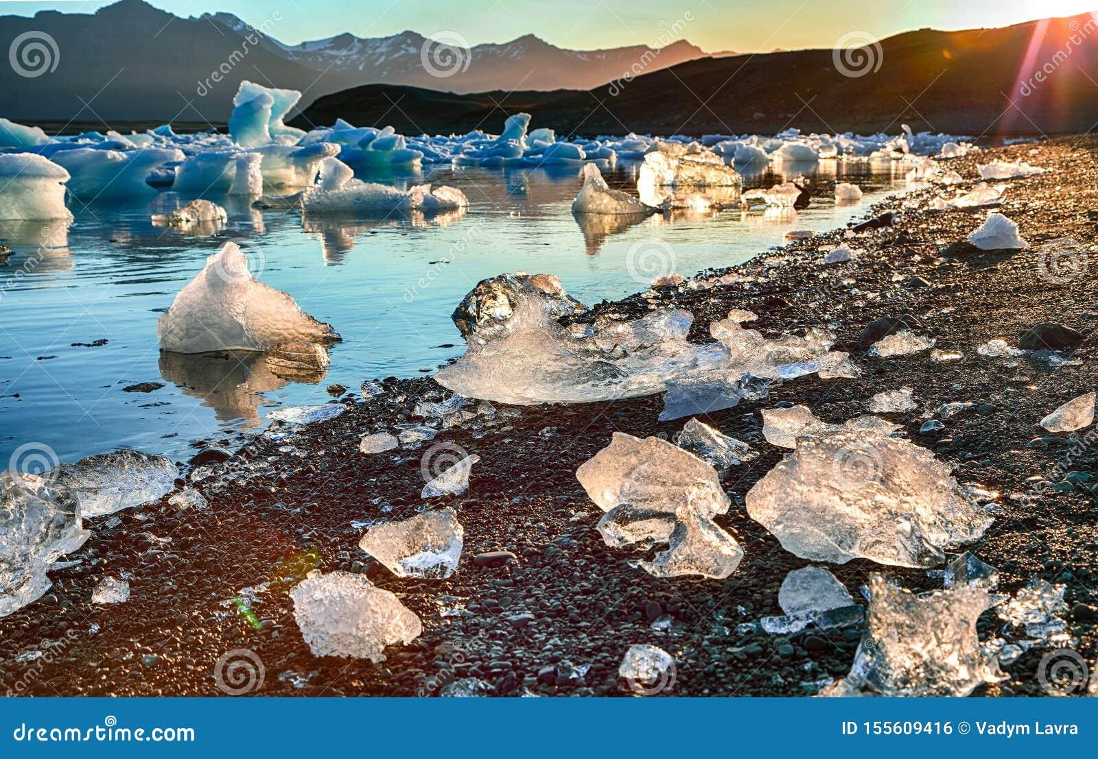 Schöne Landschaft mit sich hin- und herbewegenden Eisbergen in der Jokulsarlon-Gletscherlagune bei Sonnenuntergang