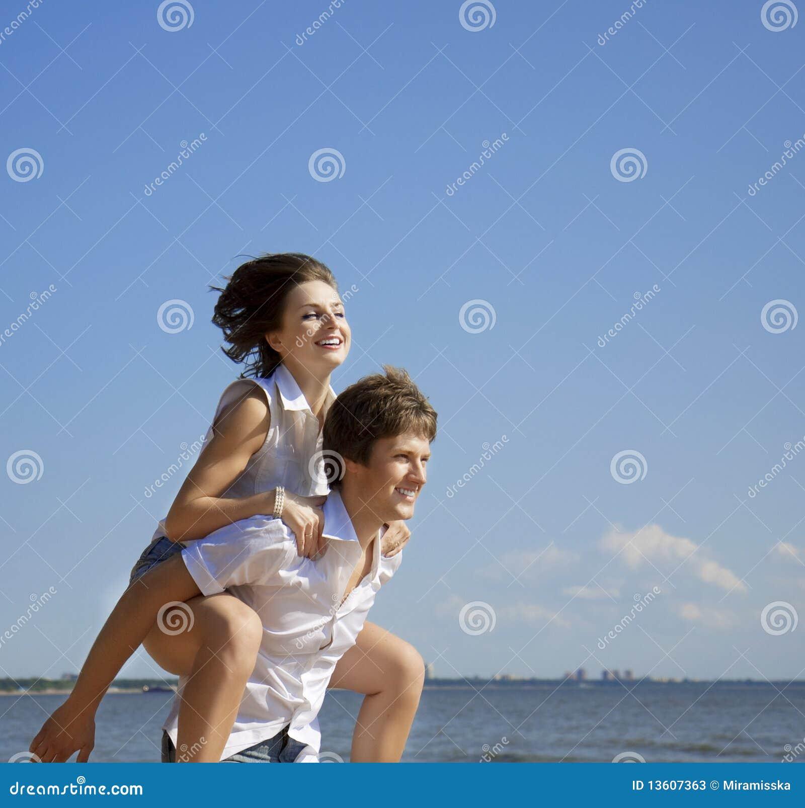 Schöne Leute in der Liebe auf dem Strand