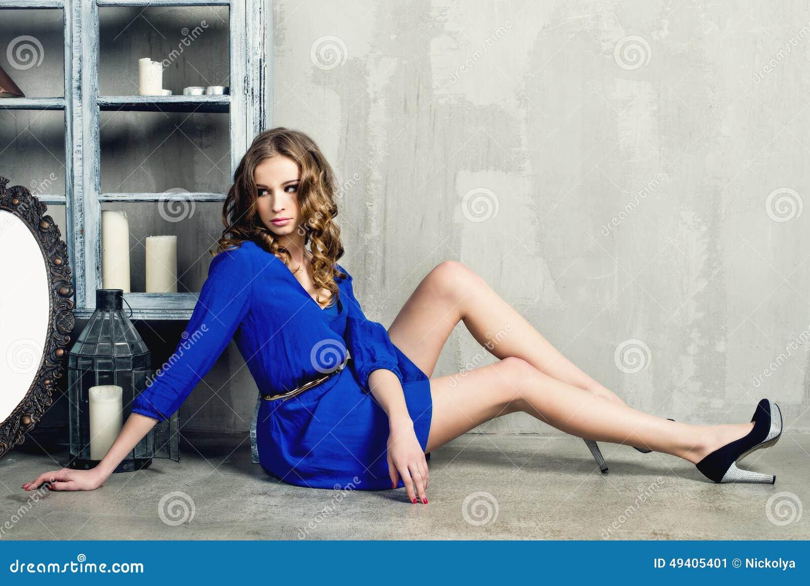 Download Schöne luxuriöse Frau stockbild. Bild von schmucksachen - 49405401