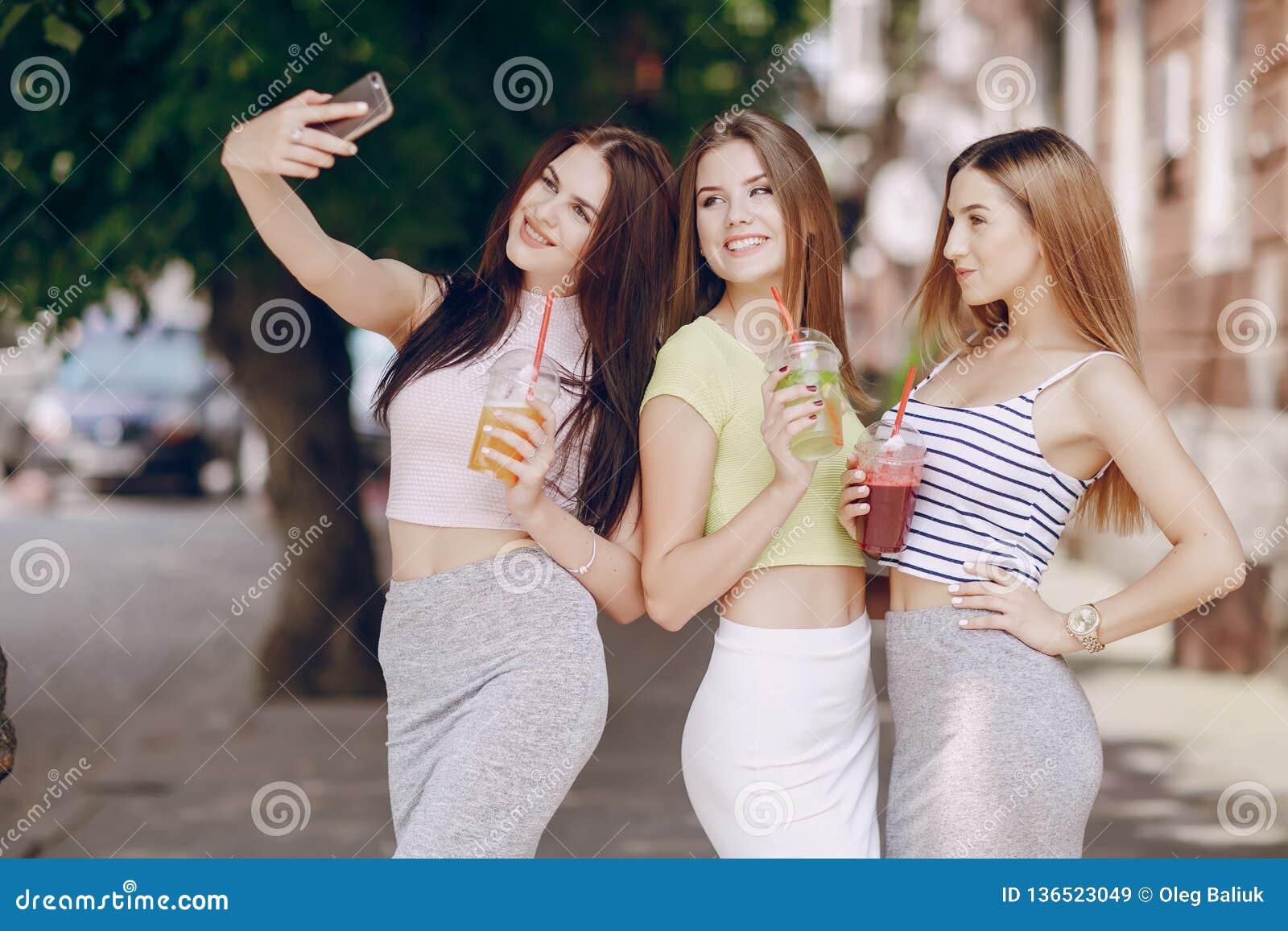 Schöne Mädchen auf der Straße
