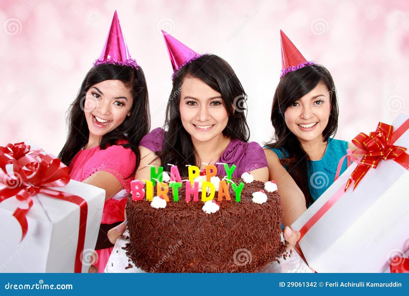 Schöne Mädchen feiern Geburtstag