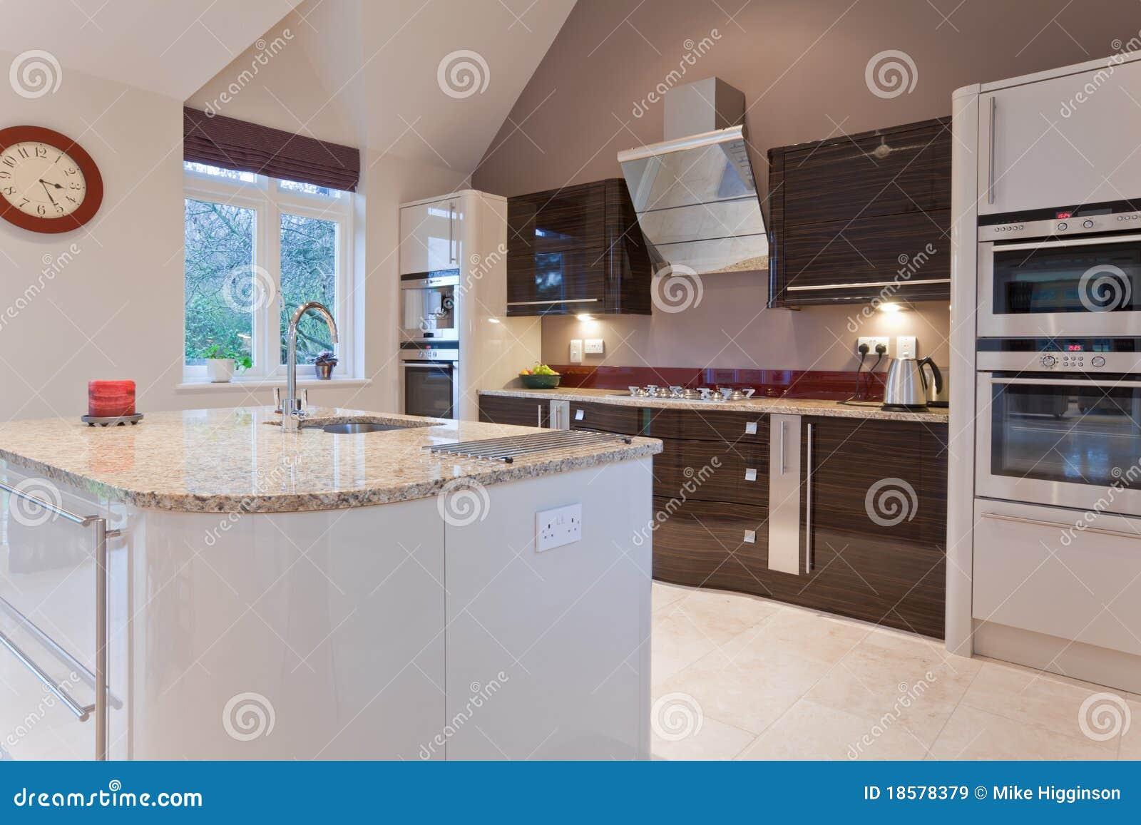 Schöne moderne Küche stockbild. Bild von fächer, architektur - 18578379