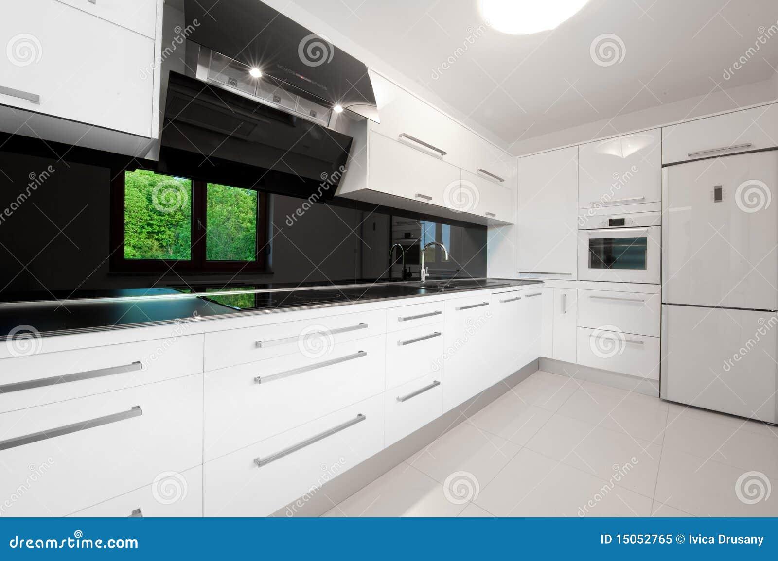 Schöne moderne weiße Küche stockbild. Bild von haupt - 15052765