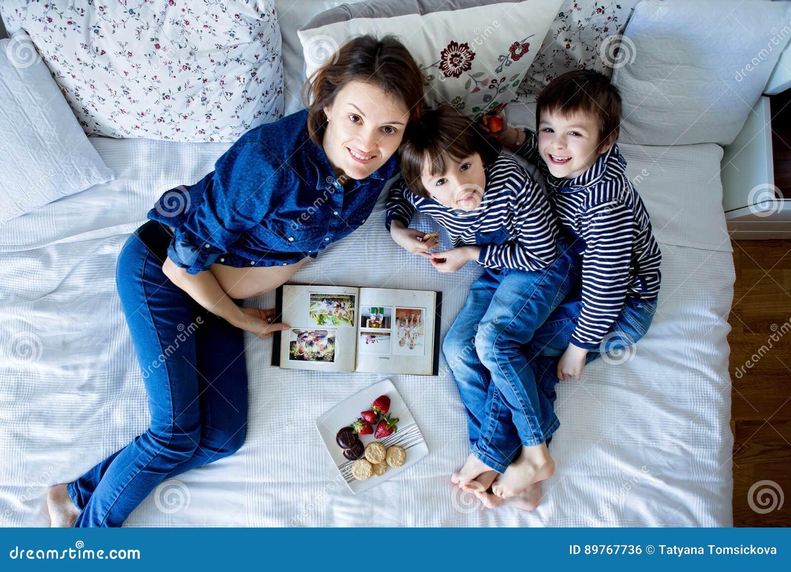 Schöne Mutter Und Zwei Kinder Jungen Liegend Auf Dem Bett
