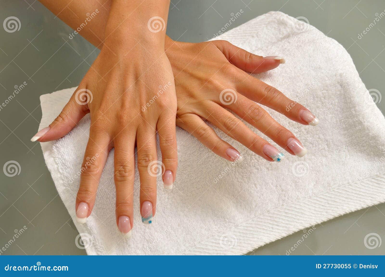 Schöne Nägel auf weißem Tuch