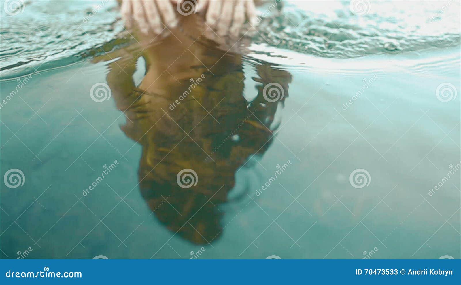nacktes Mädchen, das Fische hält
