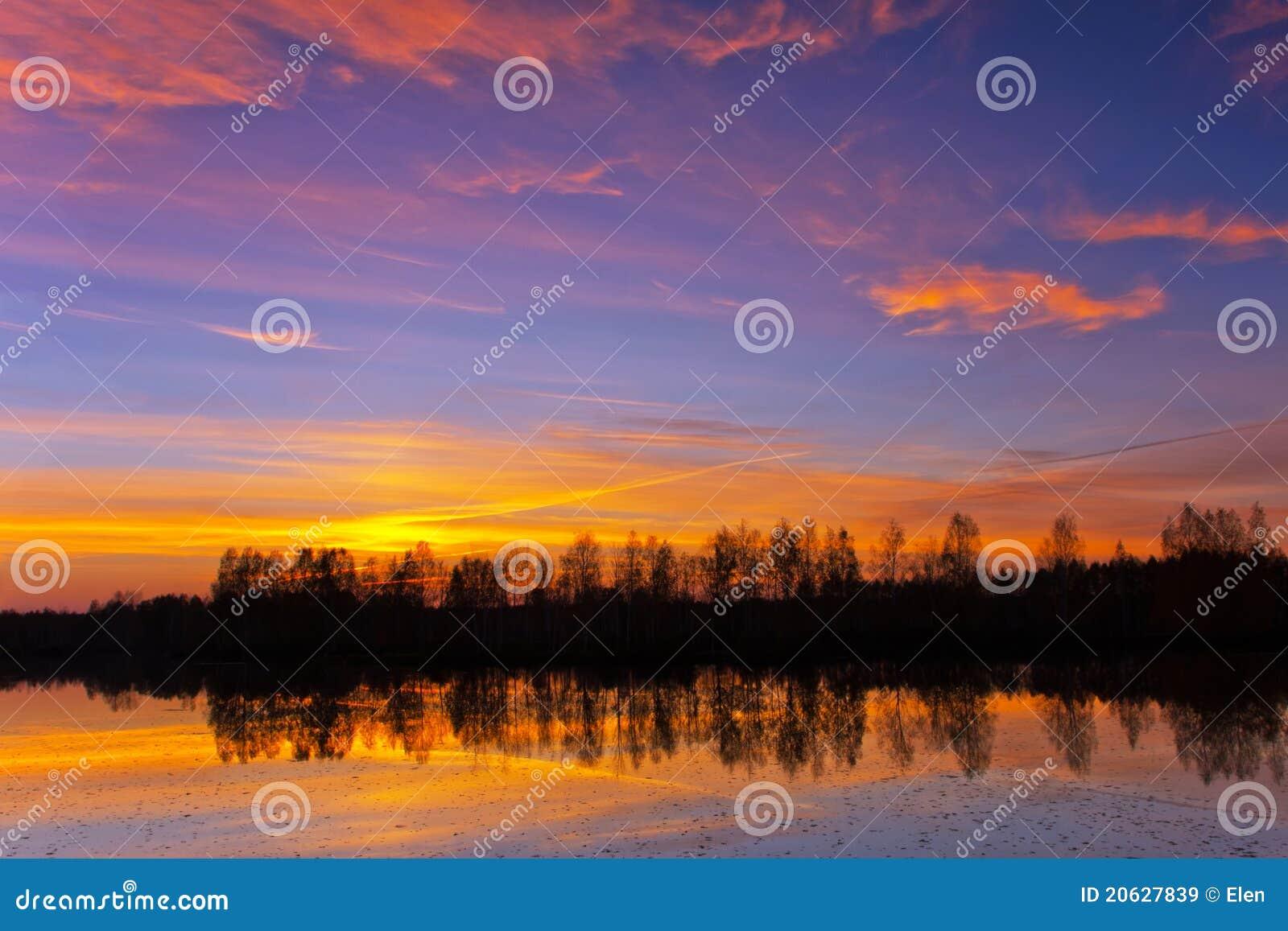 Schöne Natur, Sonnenuntergang auf dem Fluss