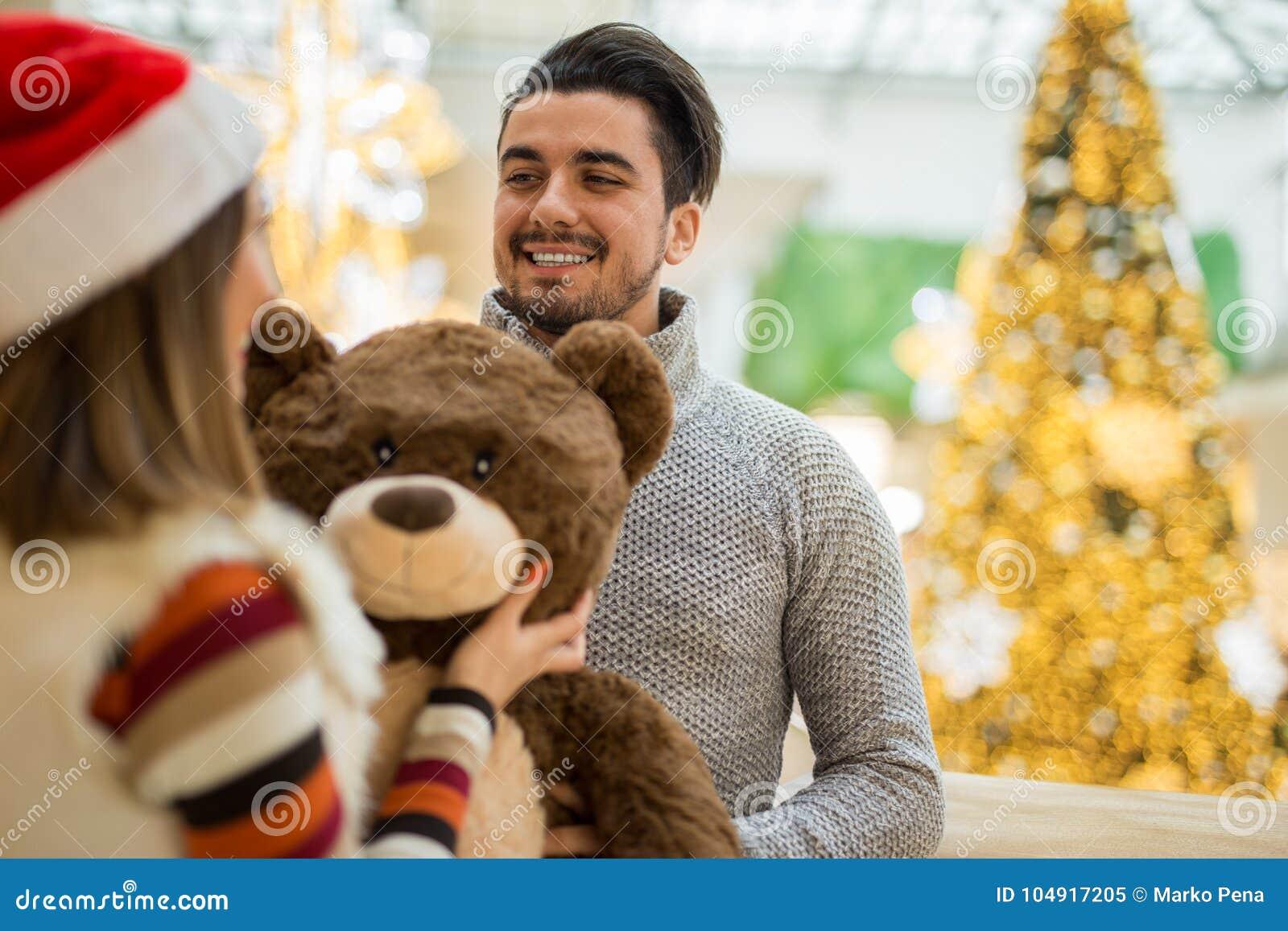 Schöne Paare, Die Weihnachtsgeschenke Ina Einkaufszentrum ...