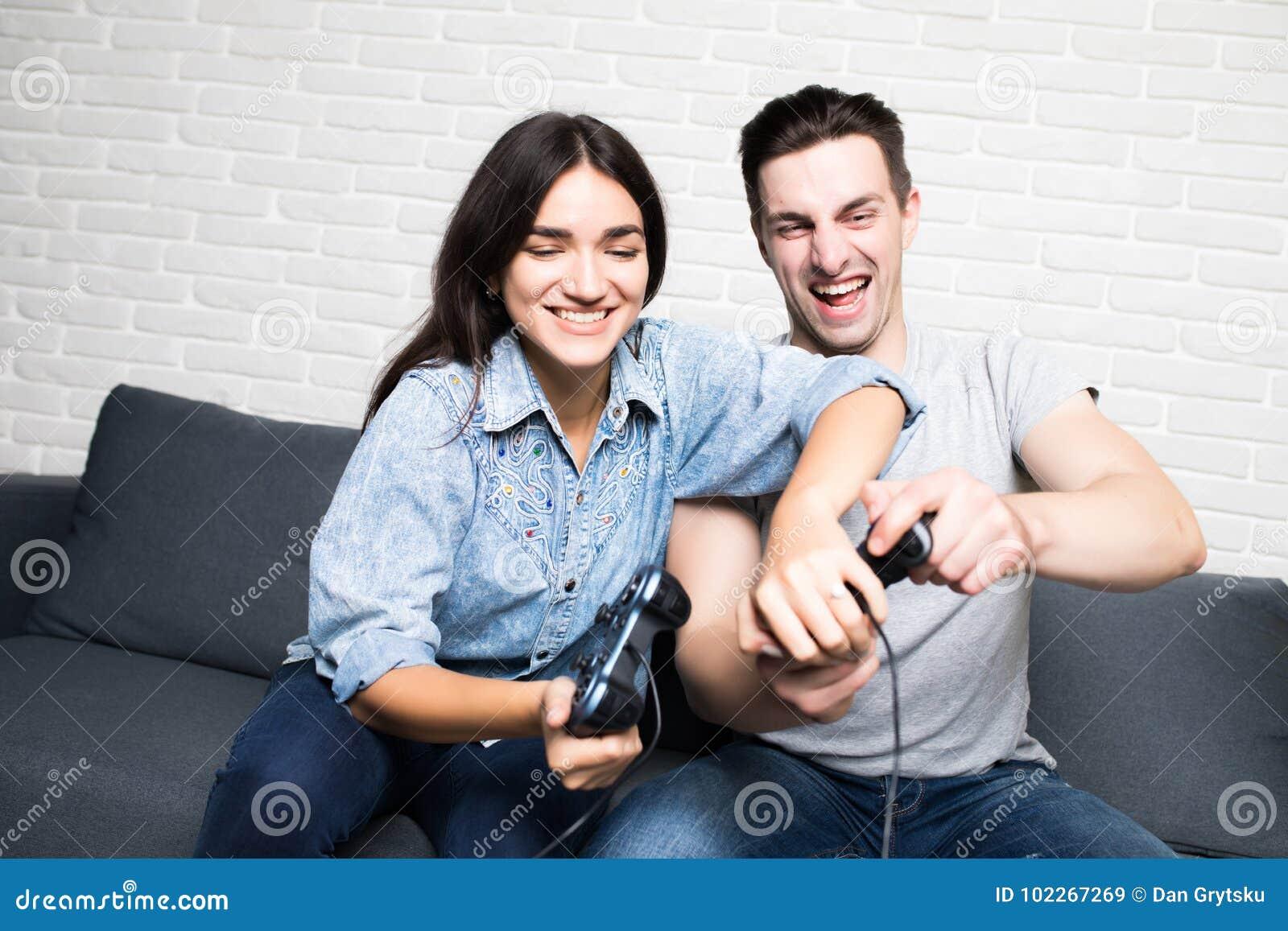 Schöne Paare, die zu Hause Videospiele auf der Konsole hat Spaß spielen