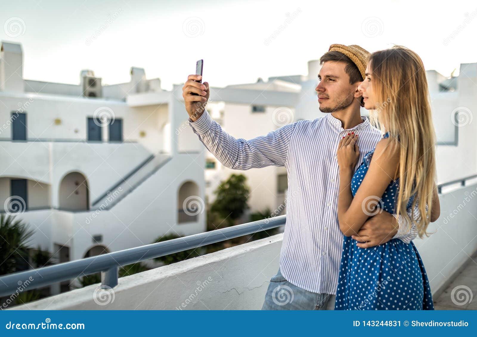 Schöne Paare nehmen selfies in Sommer Santorini Griechenland, im Freien oder äußer