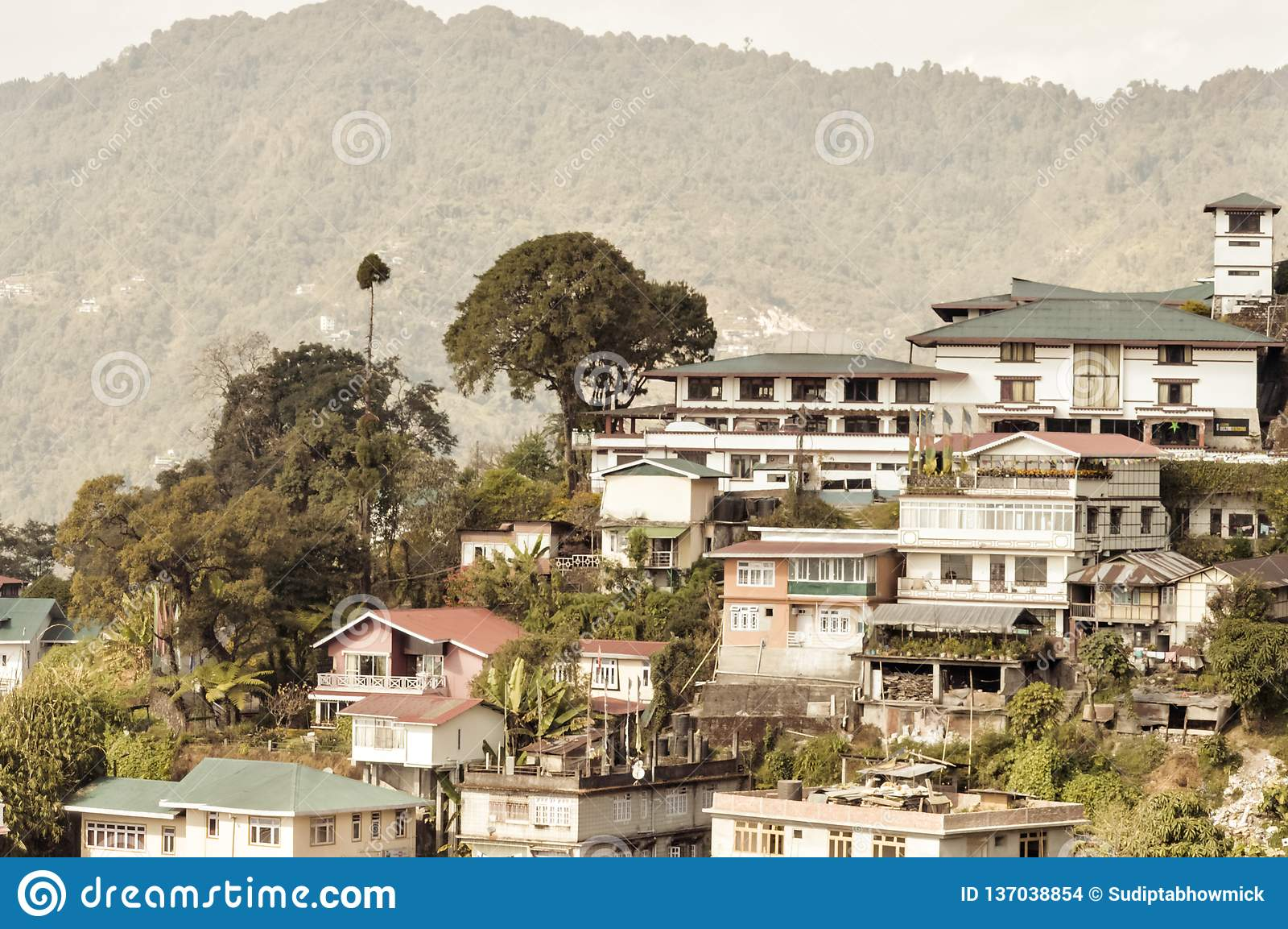 Schöne Panoramaansicht von Gangtok-Stadt, größte Stadt des indischen Staates von Sikkim, herein gelegen in der Osthimalajastrecke