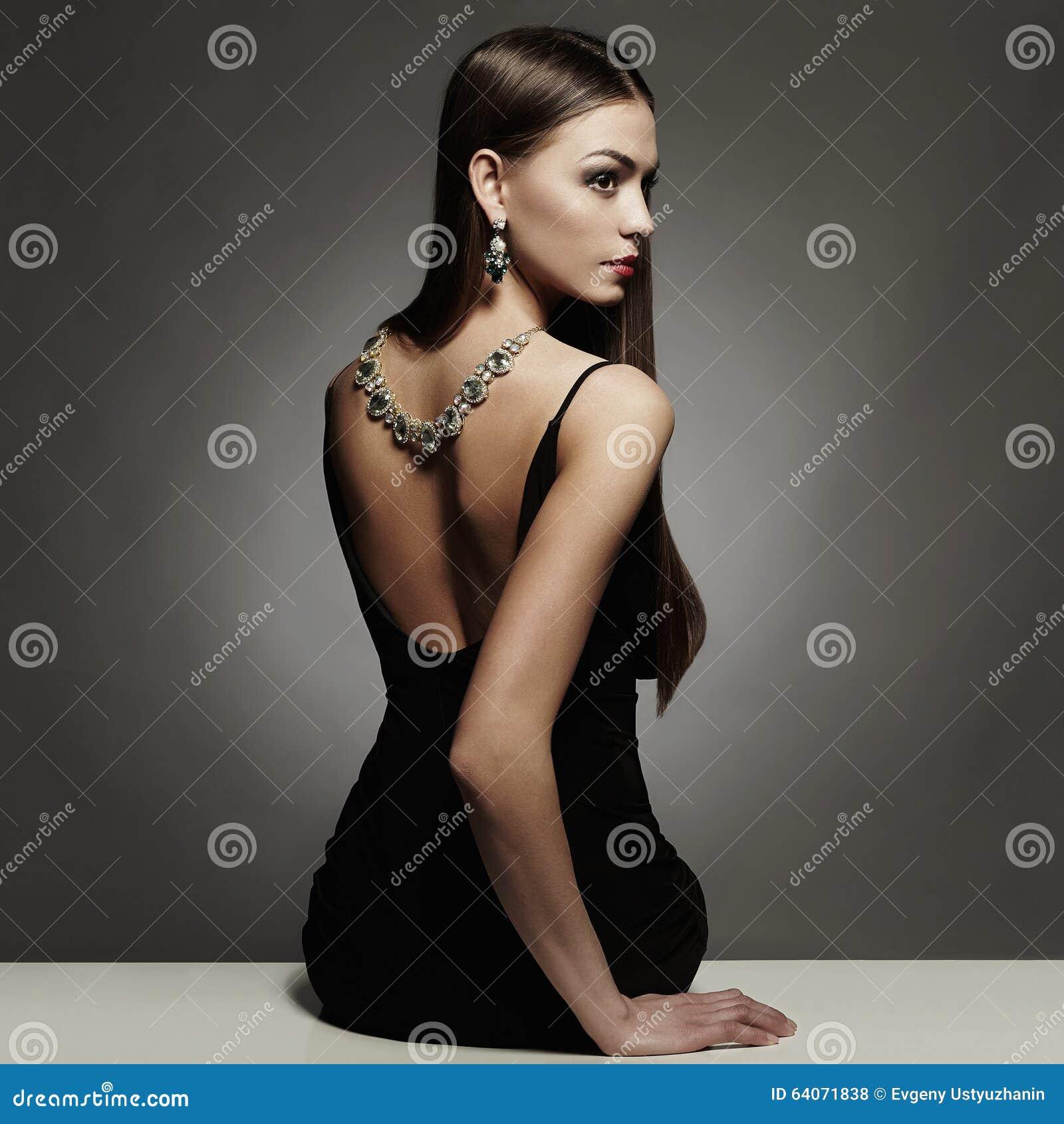 Schöne Rückseite Der Jungen Frau In Einem Schwarzen Sexy Kleid ...