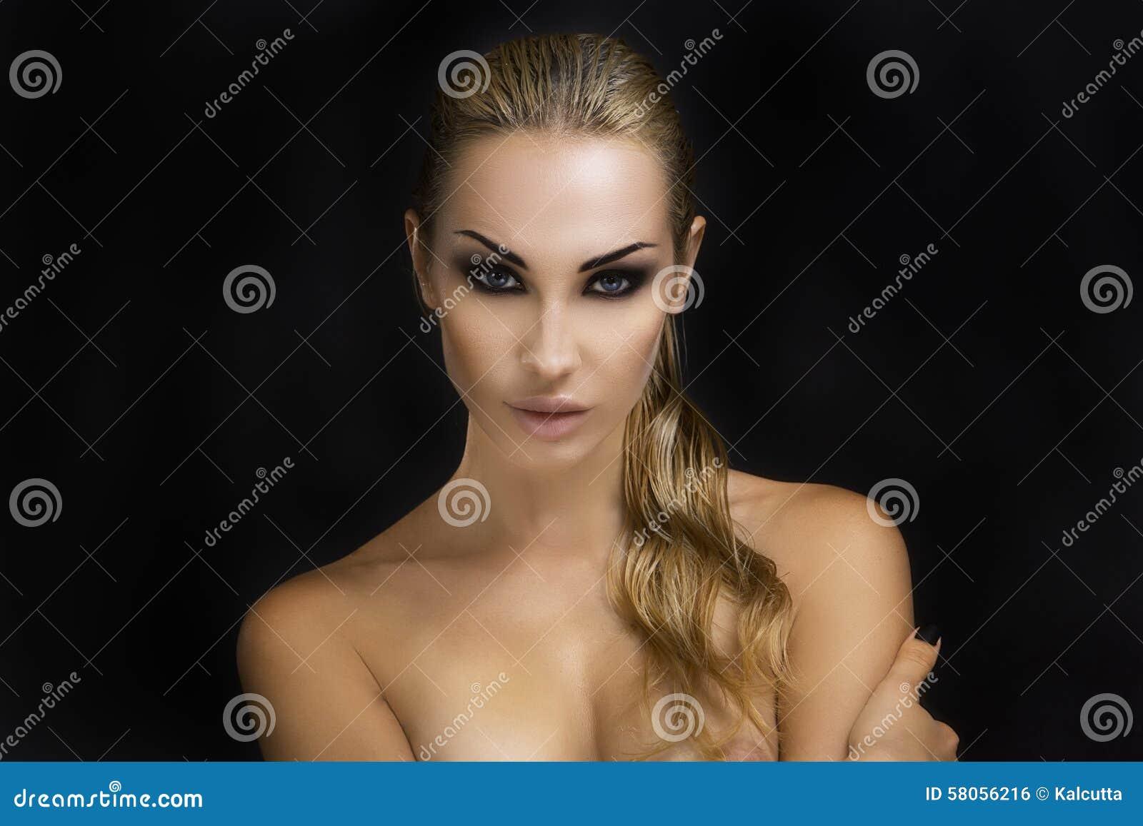 Schöne reizvolle blonde Frau Dunkler Hintergrund Heller Smokey Eyes