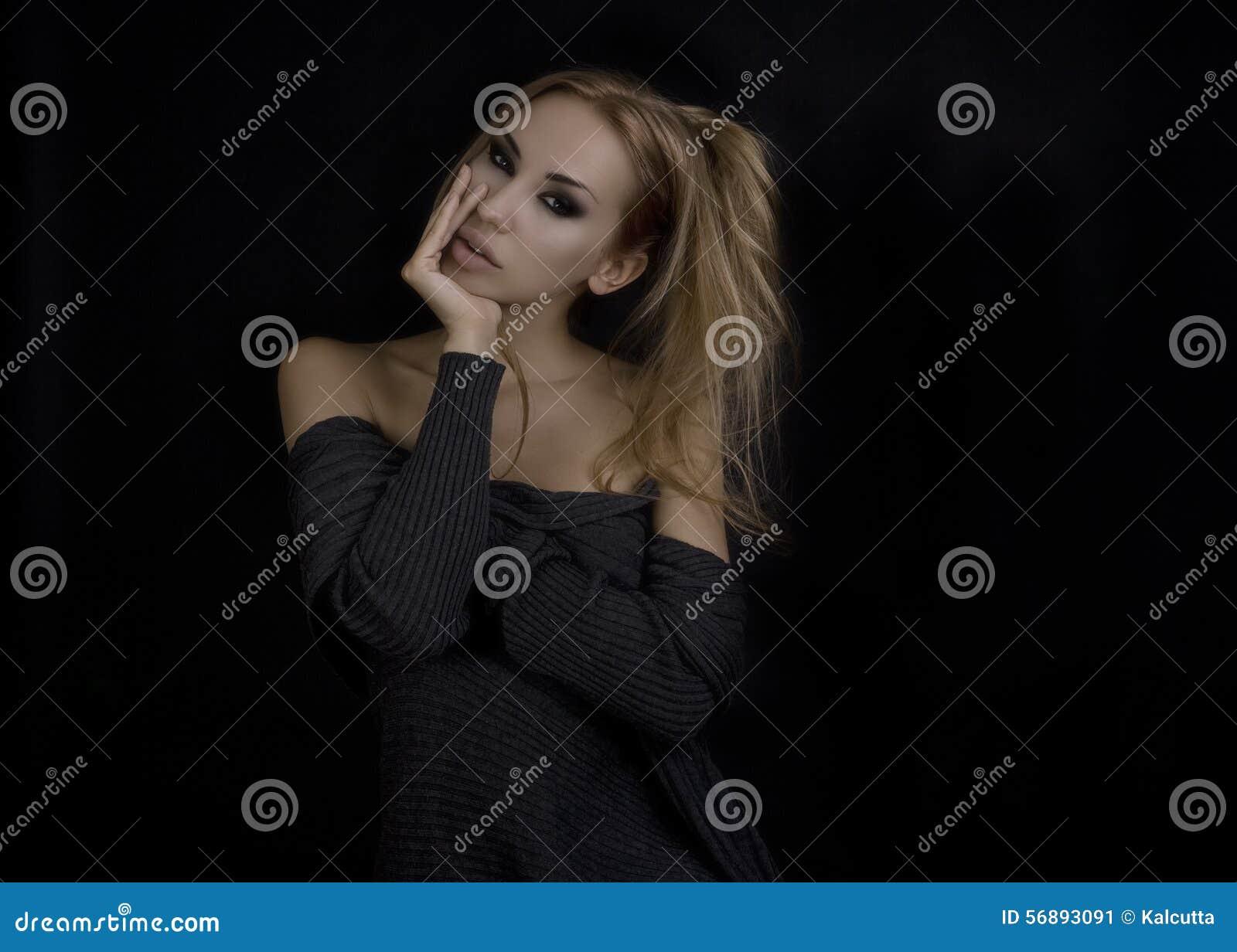 Schöne reizvolle blonde Frau Dunkler Hintergrund Smokey mustert Verfassung