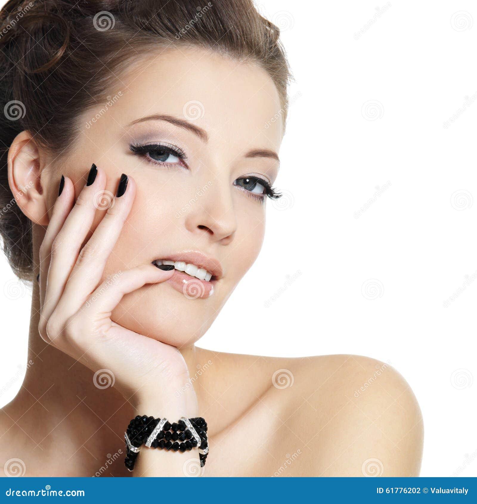 Schöne reizvolle Frau mit schwarzen Nägeln