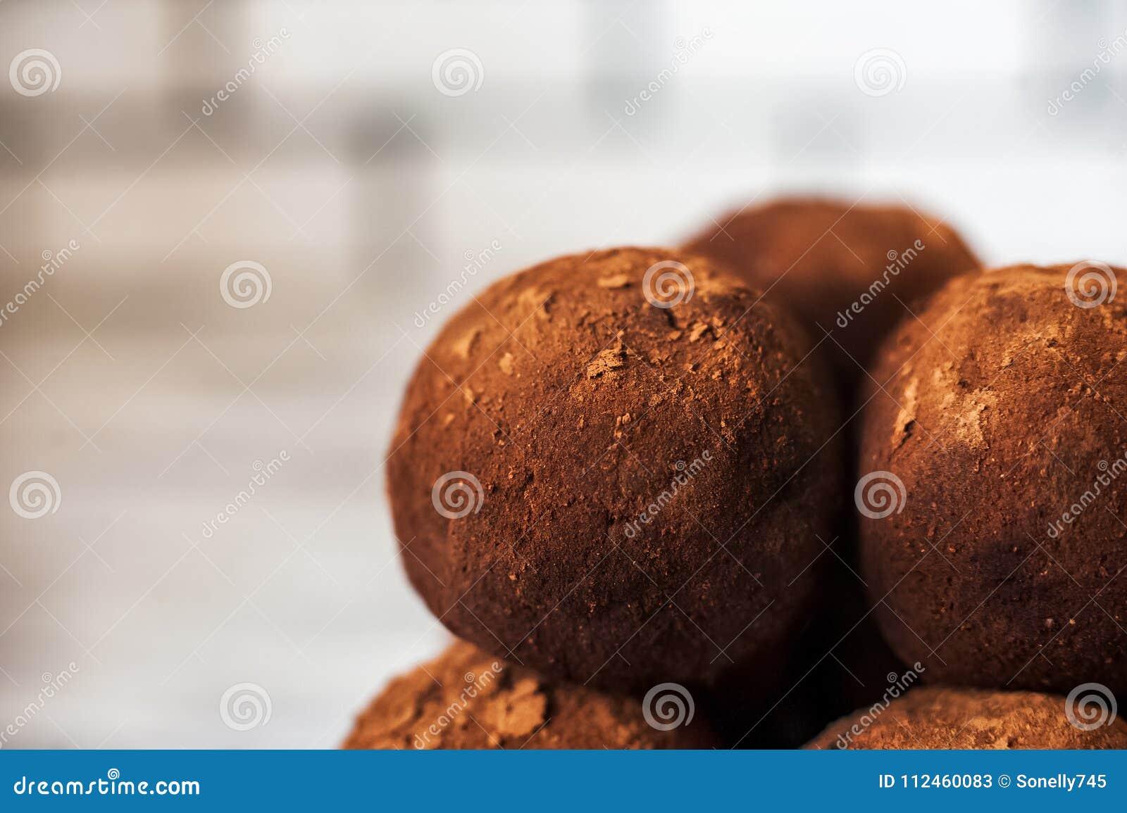 Schöne runde Pralinenahaufnahme Ein runder Schokoladenkuchen sieht wie ein Planet aus Geschmackvoll, gesund, Lebensmittel