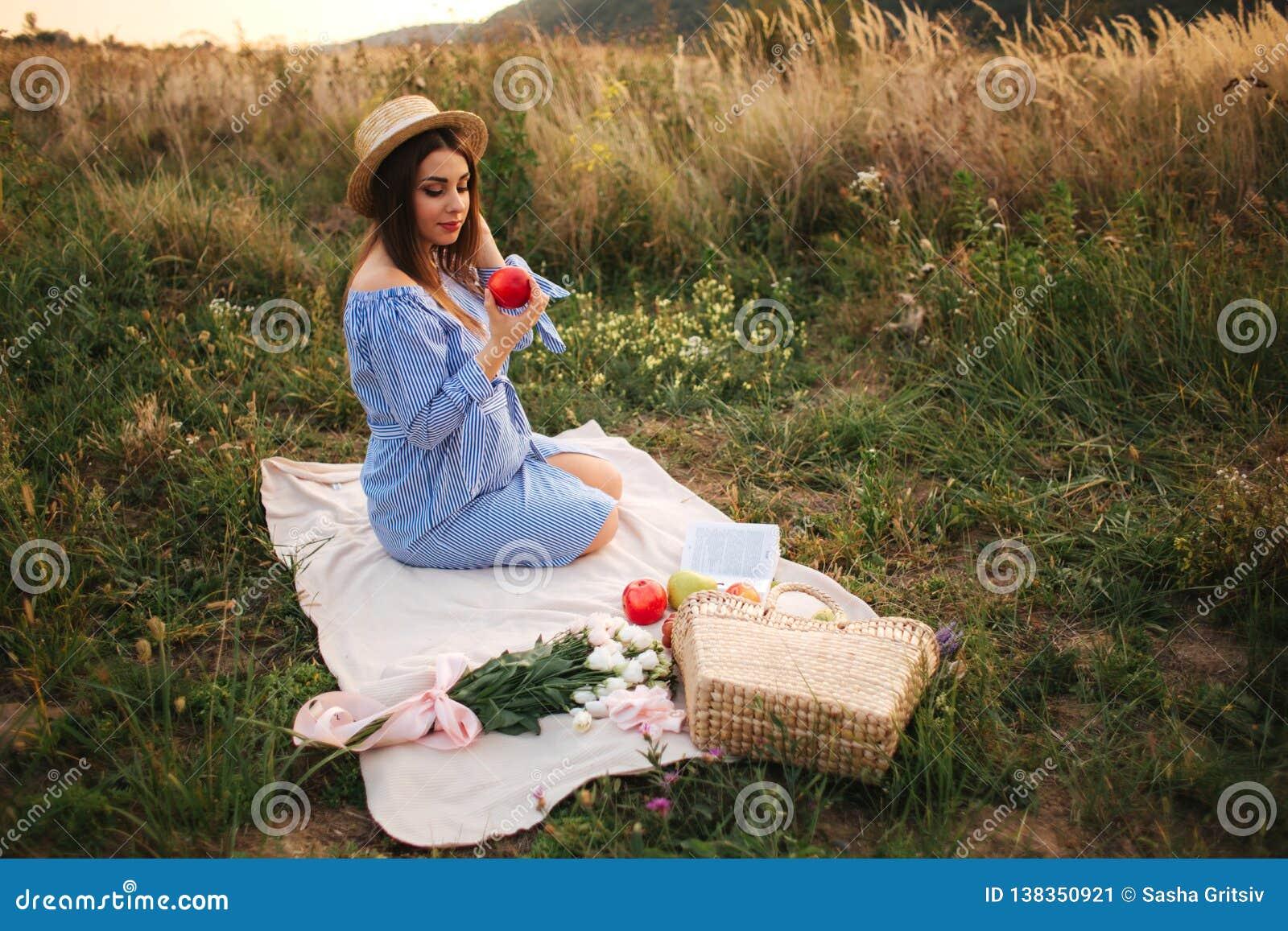 Schöne Show der schwangeren Frau und roten Apfel essen Gesunde Nahrung Frische Früchte Glückliches Frauenlächeln