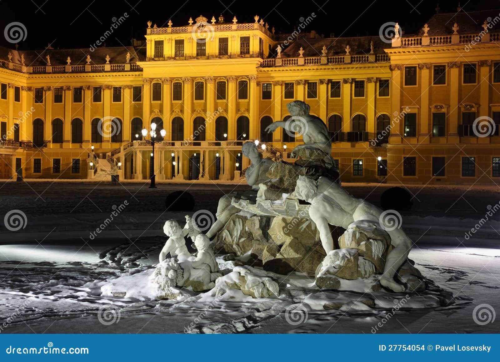 Schöne Skulptur des Schonbrunn Palastes am Winter