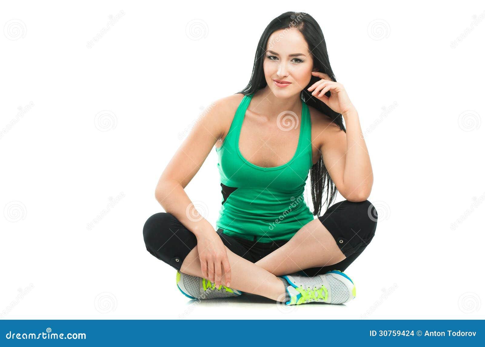 Schöne sportliche Frau, die Übung auf dem Boden tut