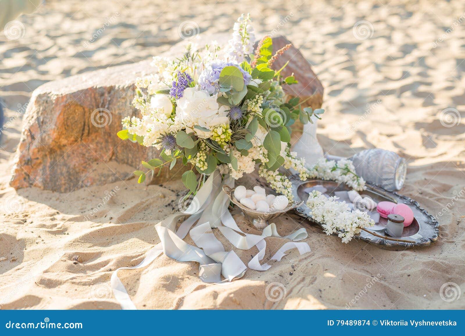Schone Stilvolle Dekoration Mit Einem Blumenstrauss Und Makronen Nahe