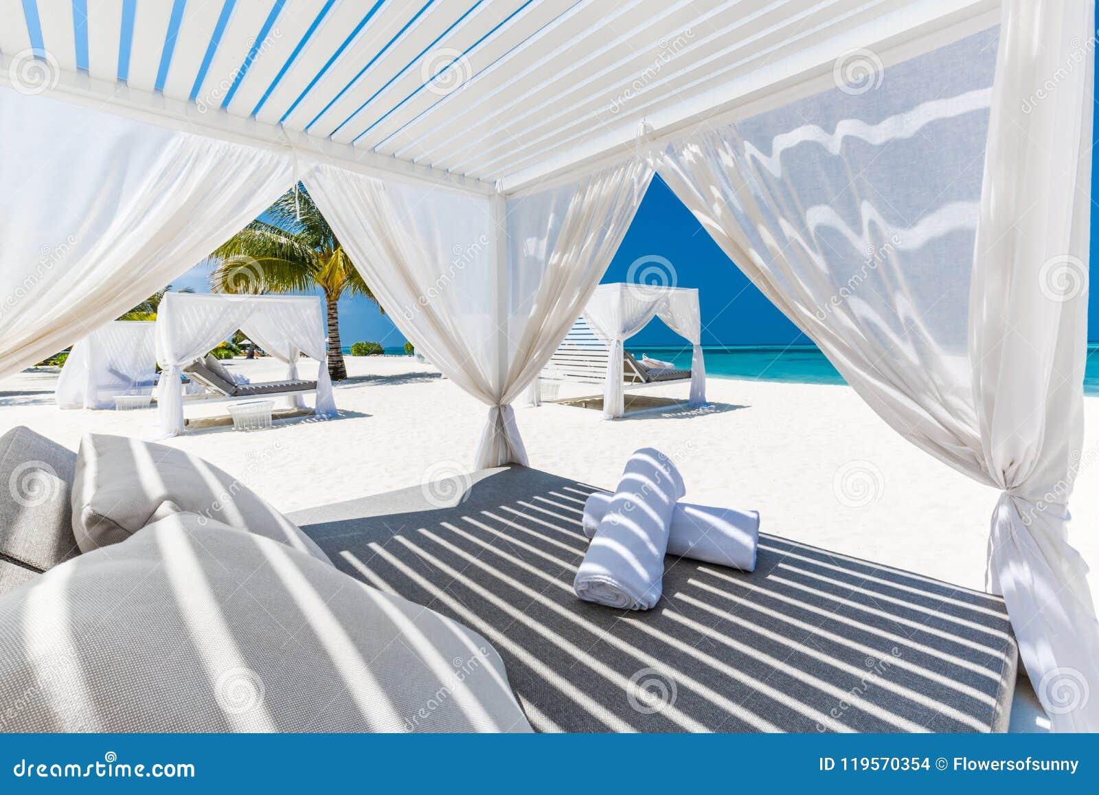 Schöne Strandszene und Strandüberdachung für Luxusstrand- und Sommerferien- und Ferienkonzept Inspirierend tropischer Hintergrund