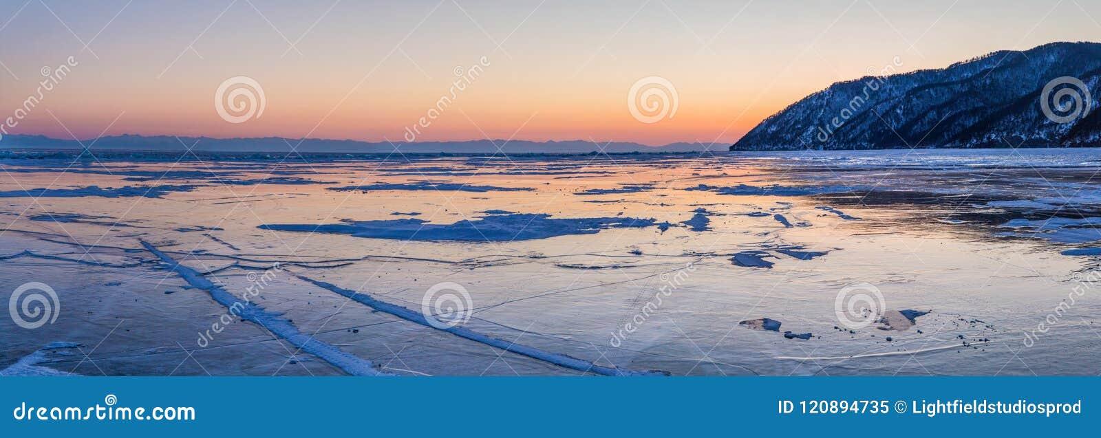 Schöne szenische Landschaft mit Ufer und dem gefrorenen Baikalsee