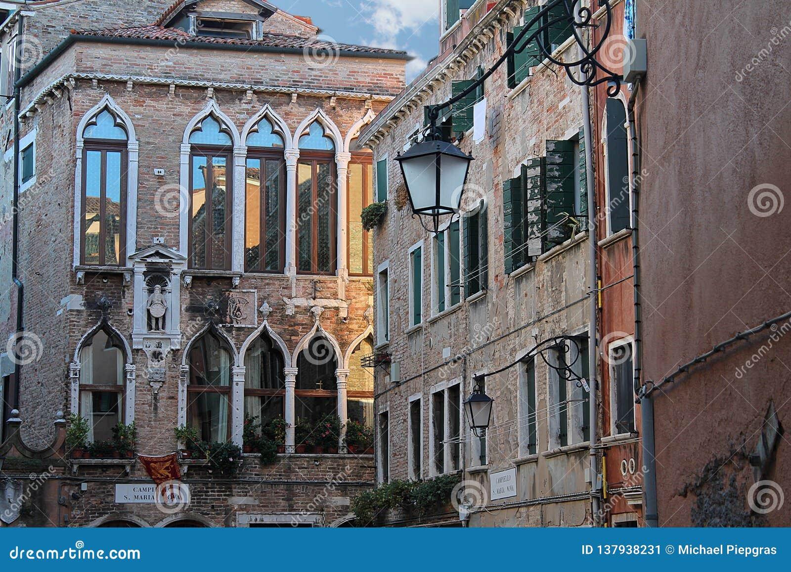 Schöne Tourismusschüsse von Venedig in Italien, das Gebäudekanäle und alte venetianische Architektur zeigt