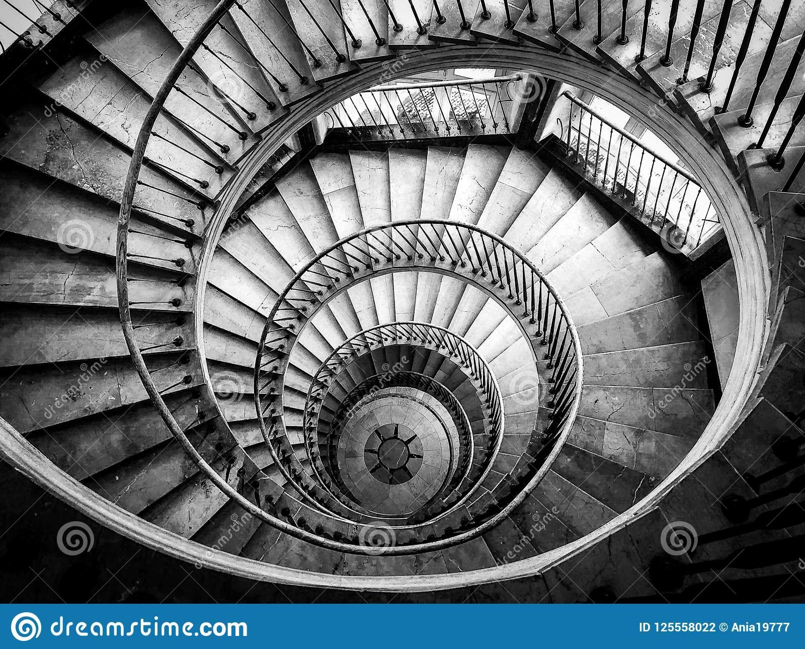 Schöne und mysteriöse Treppe zum Himmel