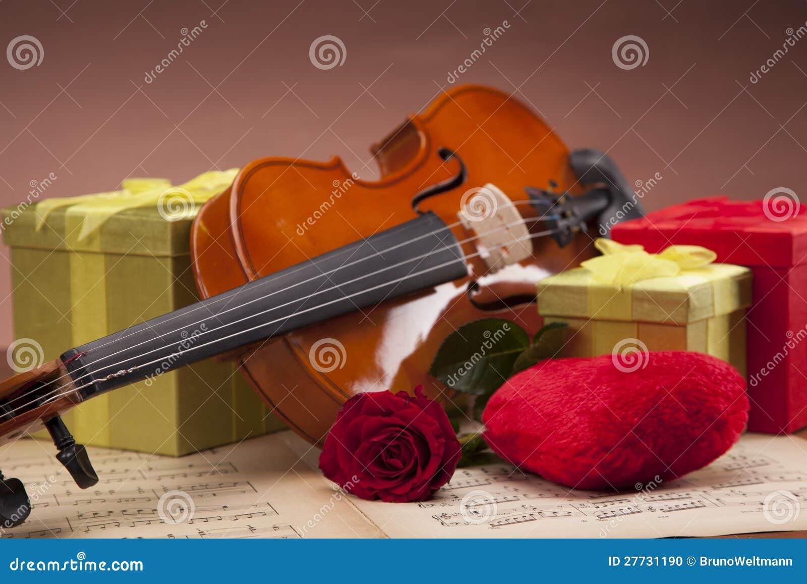 Schöne Violine und Geschenke auf Anmerkungen!