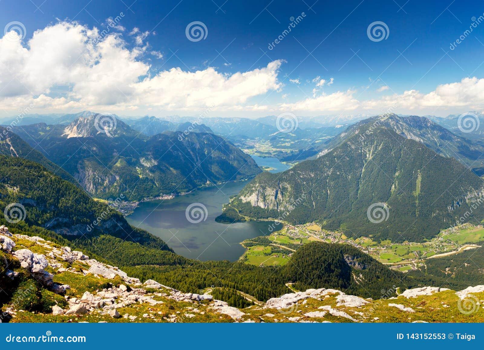 Schöne Vogelperspektive des Alpengebirgstales mit schönem See und Spitzen