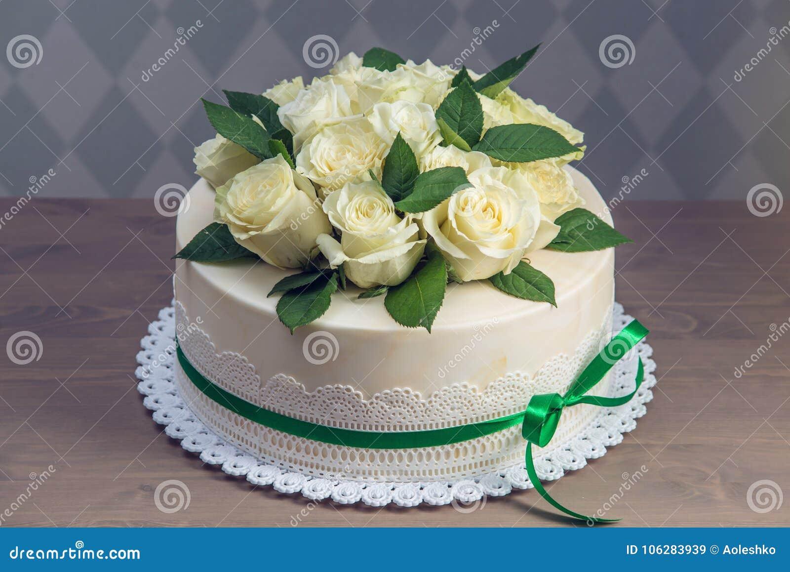Schone Weisse Hochzeitstorte Verziert Mit Blumenstrauss Von Weissen