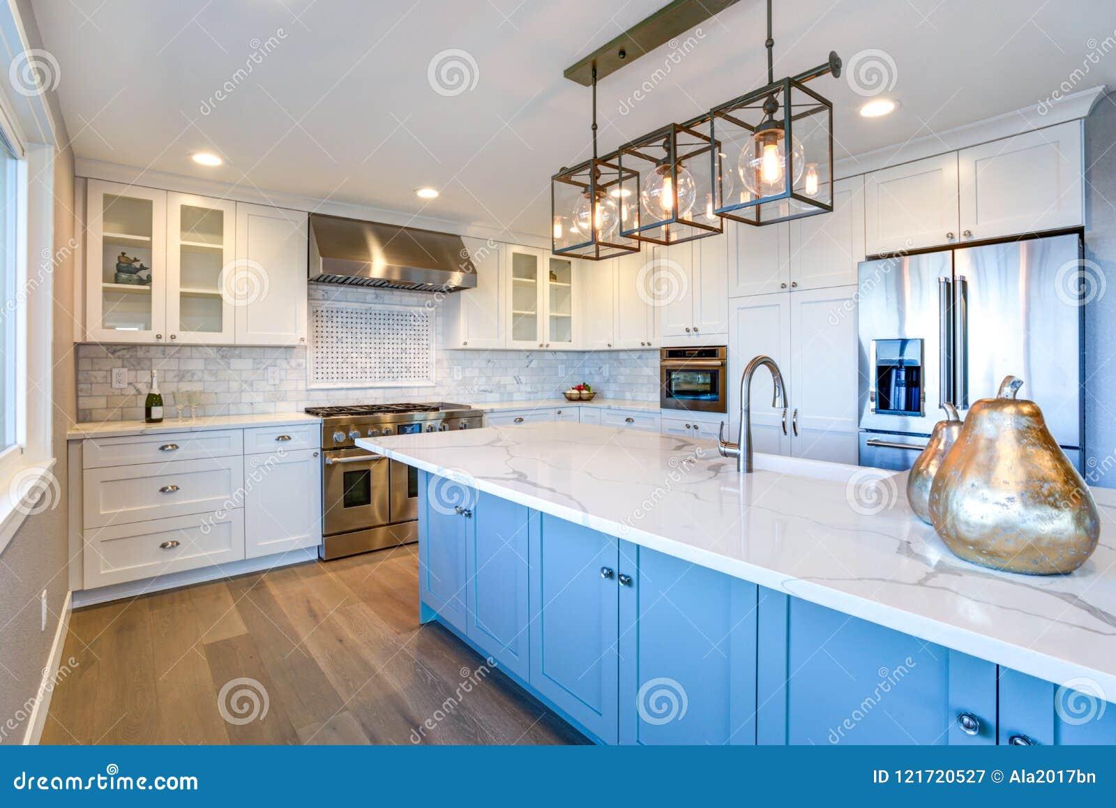 Schöne weiße Küche mit großer Insel
