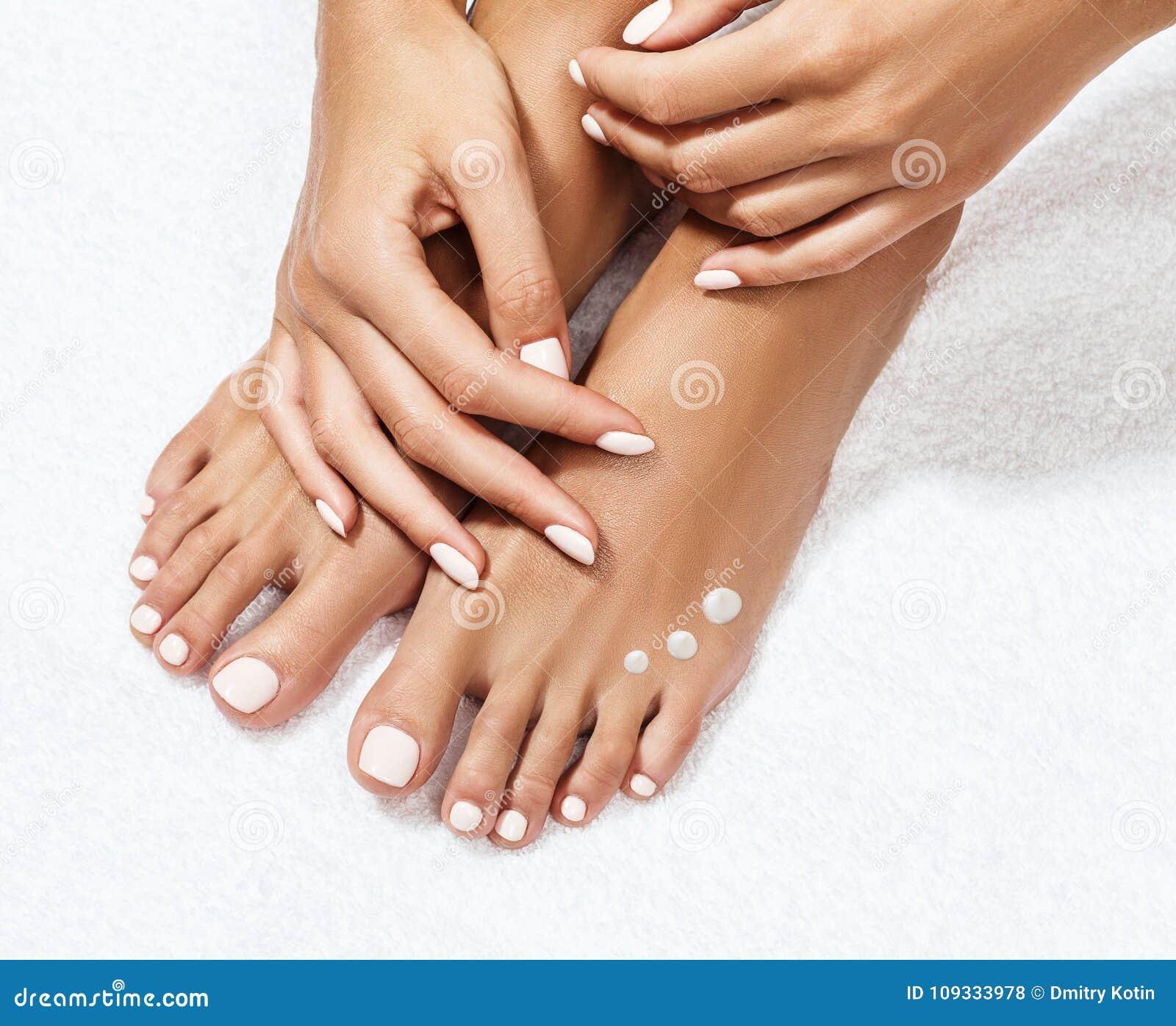 Schöne weibliche Füße mit Feuchtigkeitscreme