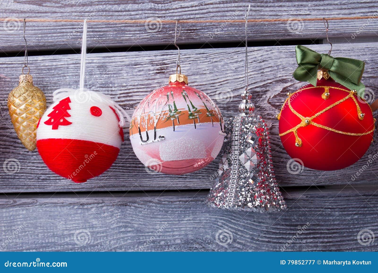 Schöne Weihnachtsbälle von verschiedenen Farben und von Formen