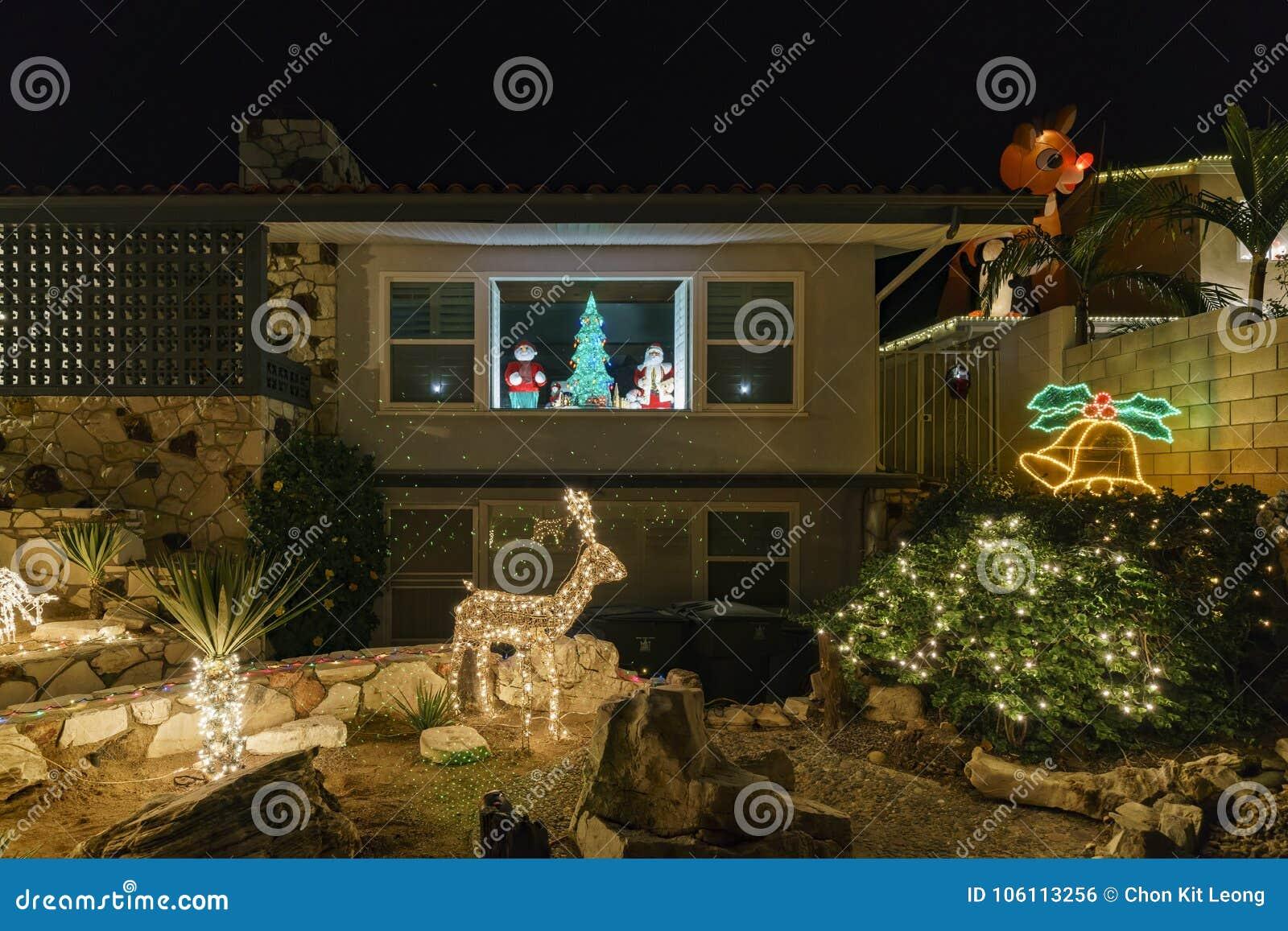 Schöne Weihnachtslichter in der oberen Hastings-Ranchnachbarschaft