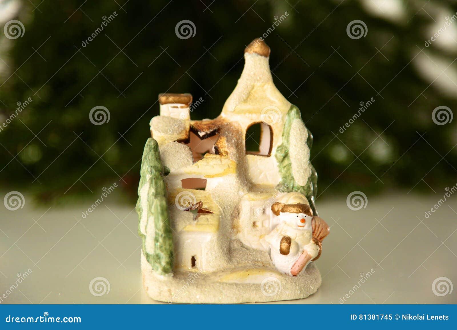 Schöne Weihnachtszusammensetzung mit kleinem Vogelhaus