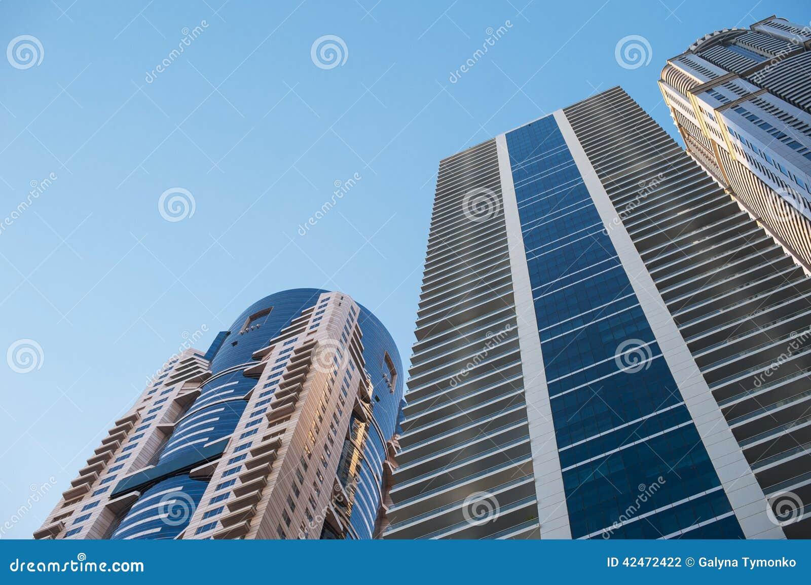 Schöne Wolkenkratzer auf Hintergrund des blauen Himmels