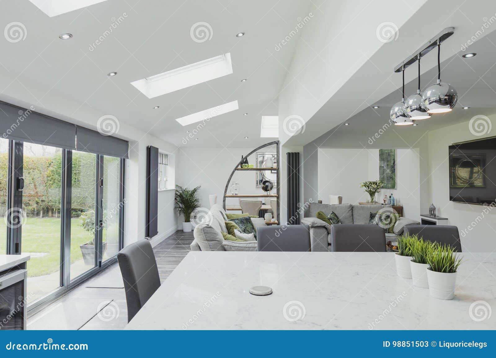 Schöne Zeitgenössische Küche Und Wohnzimmer Stockbild - Bild von ...