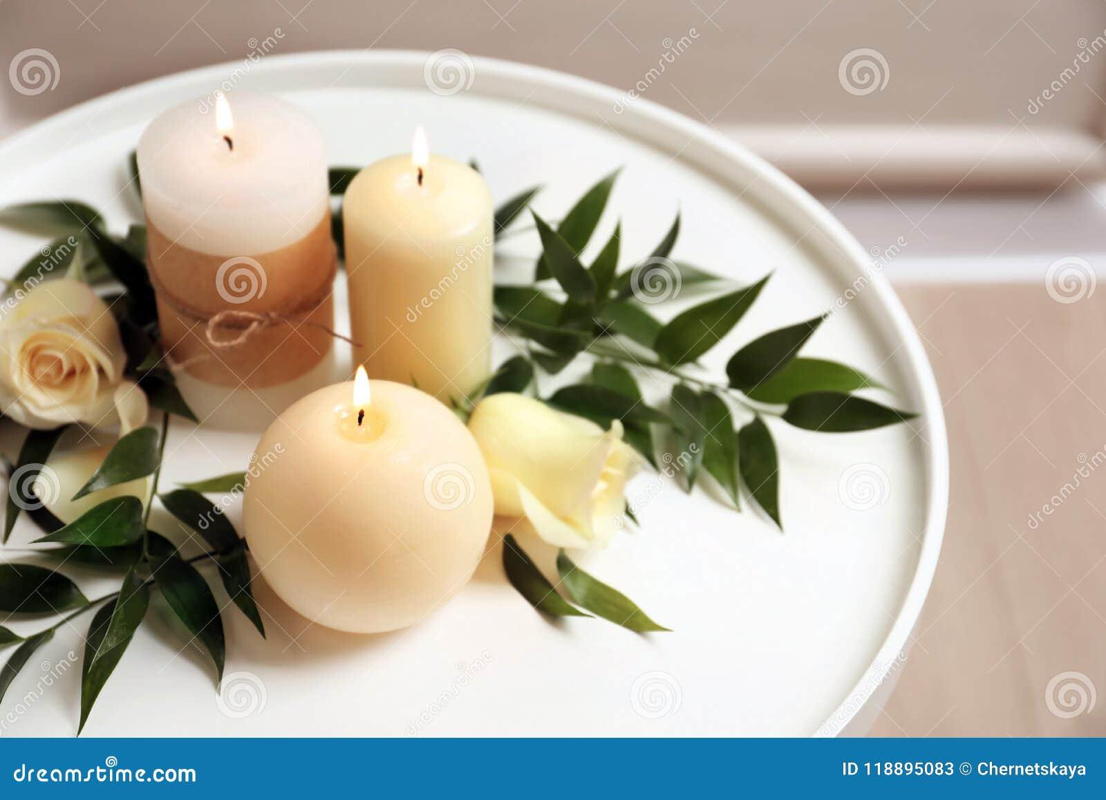 Schöne Zusammensetzung mit brennenden Kerzen und Blumen