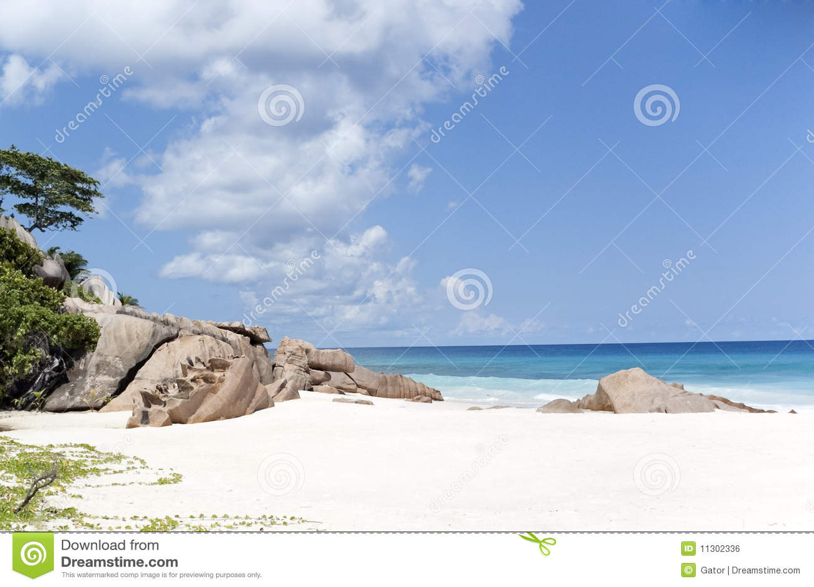 Schöner abgelegener tropischer Strand